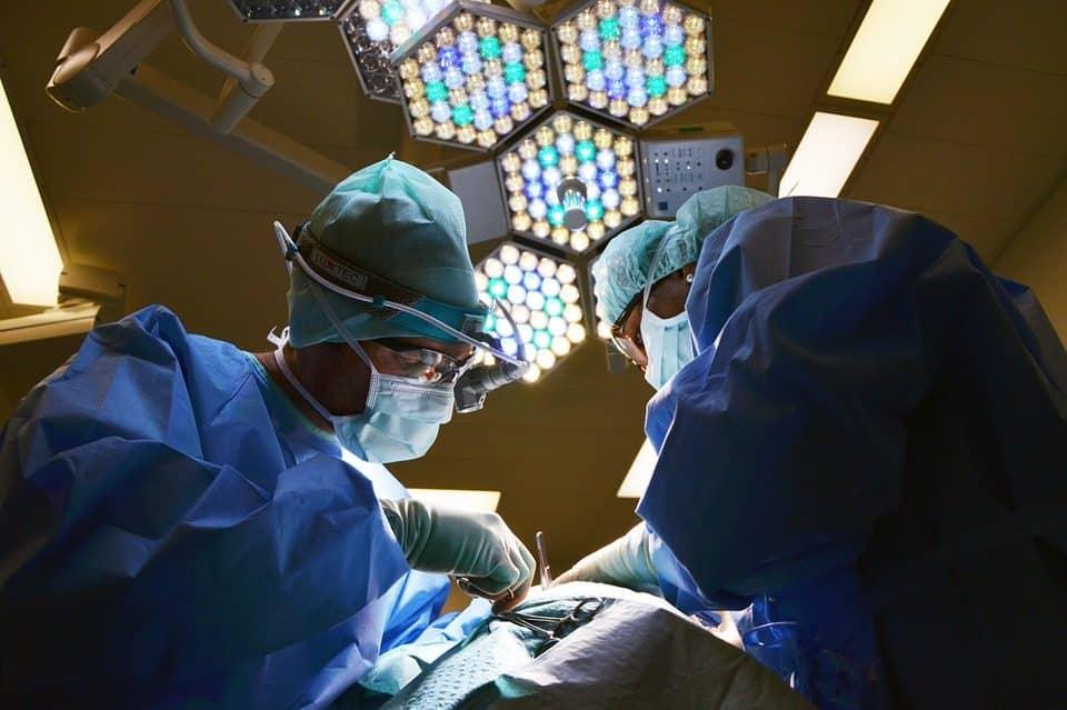 Negligencia médica en implantes mamarios